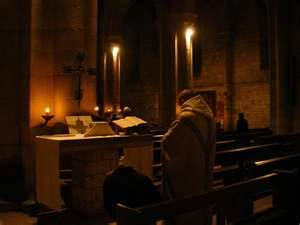 Un moine célébrant le Saint-Sacrifice