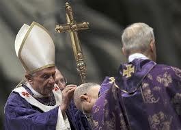 Le Pape Benoît XVI imposant les cendres